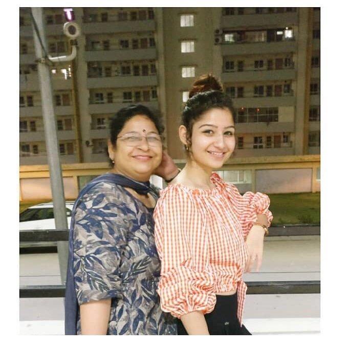 Sakshi Ratti Mother